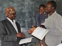 Urkundenübergabe Elternschule Kenia
