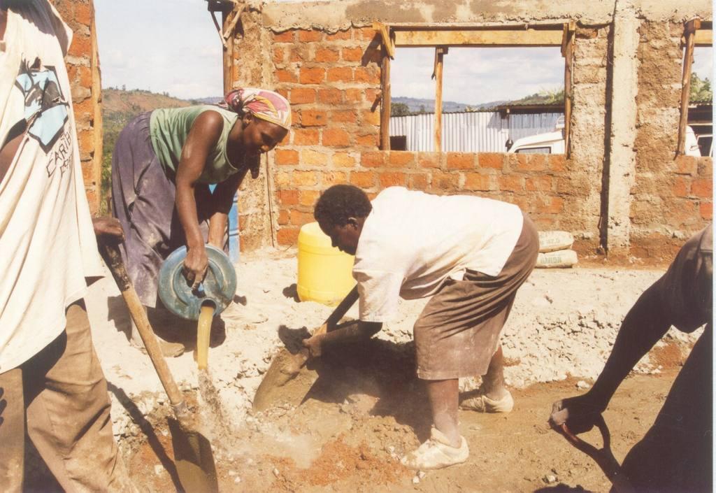 Frauen helfen aktiv beim Bau