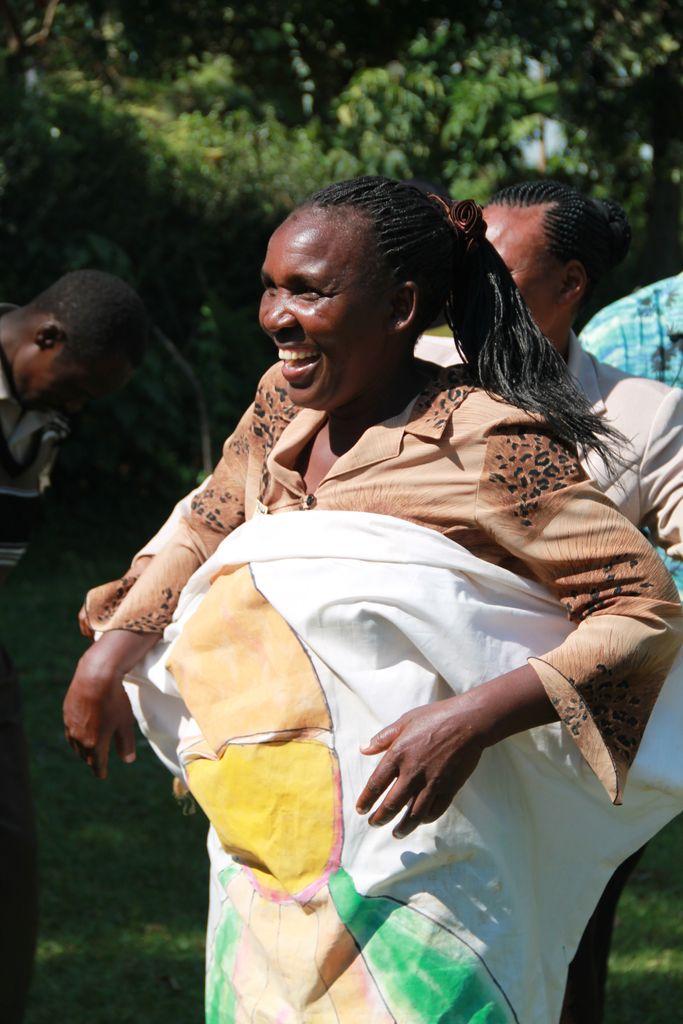Kenianerin freut sich über ihre Ausbildung